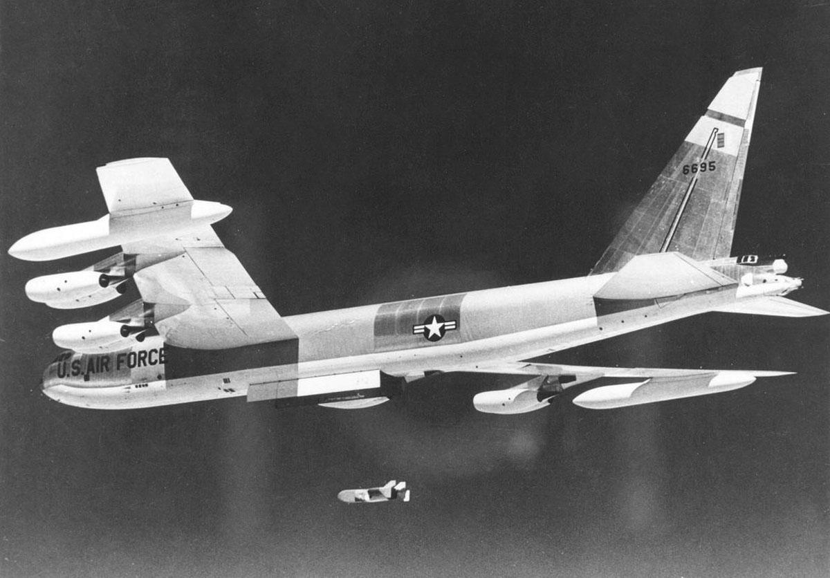 Boeing_B-52D-40-BW_%28SN_56-0695%29_in_flight_launching_Quail_decoy_061127-F-1234S-011.jpg