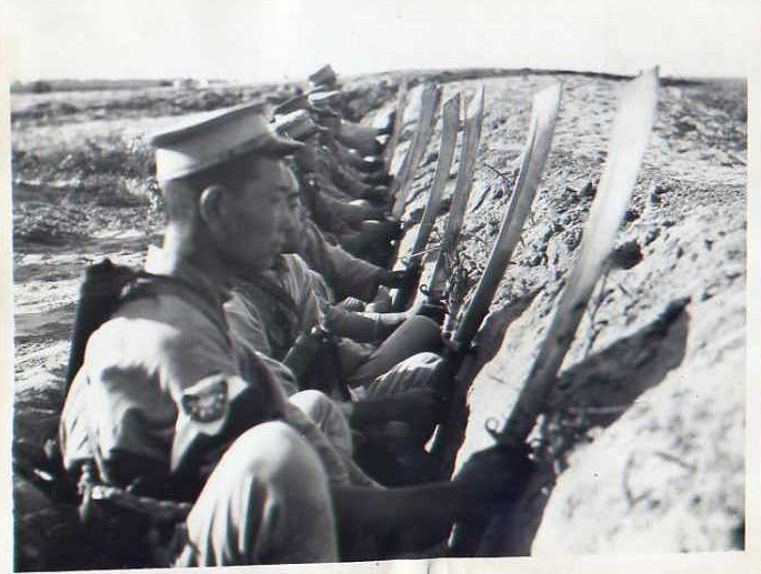 kmt-soldiers-in-trench-with-dadao.jpg